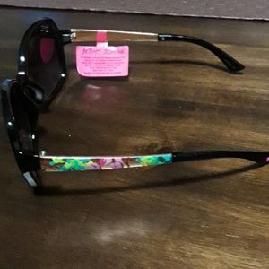 🆕️Betsey Johnson gorgeous sunglasses  NWT